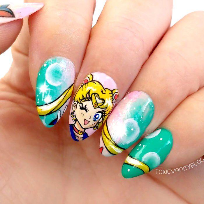 Manicura con diseño de la caricatura de Sailor Moon