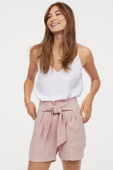 Chica usando shorts rosados