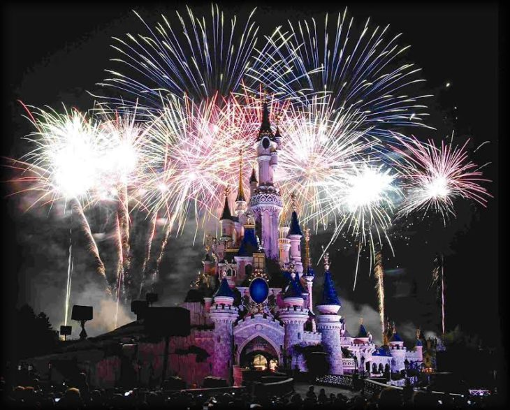 Fuegos artificiales en castillo de Disney