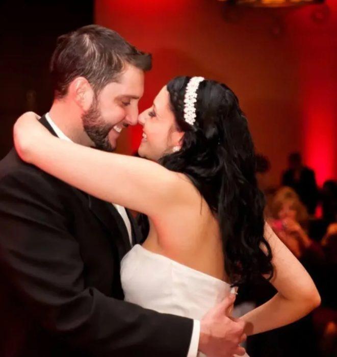 Pareja de novios abrazados bailando el vals el día de su boda