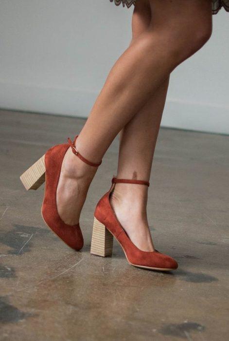 Zapatos naranjas con tacón cuadrado