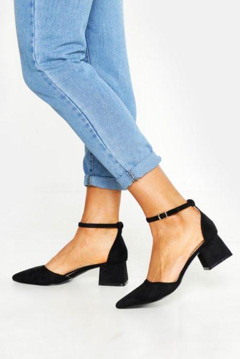 Zapatos negros con tacón cuadrado