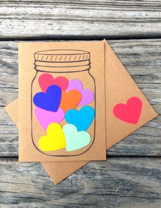Tarjetas de felicitación infantiles para el Día del Niño; corazones en un frasco