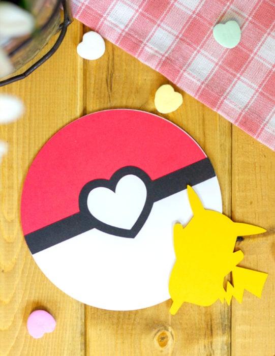 Tarjetas de felicitación infantiles para el Día del Niño; pokebola y Pikachú de Pokemon