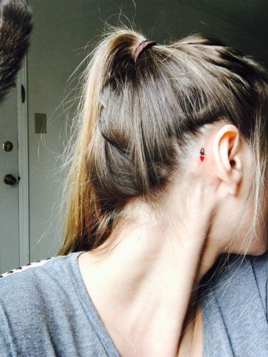 Tatuaje detrás de la oreja de la reina de corazones