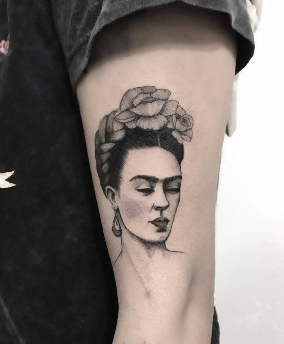 Tatuajes de Frida Kahlo realista en el brazo, blanco y negro