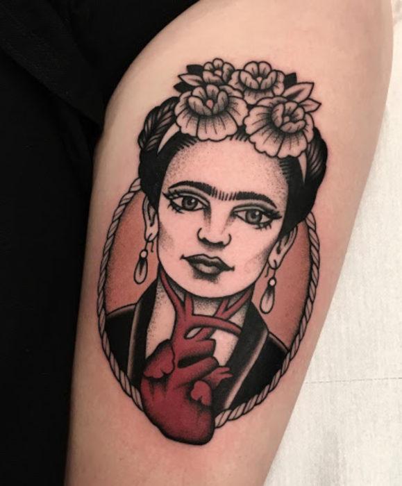 Tatuajes de Frida Kahlo con corazón al estilo tradicional, en el brazo