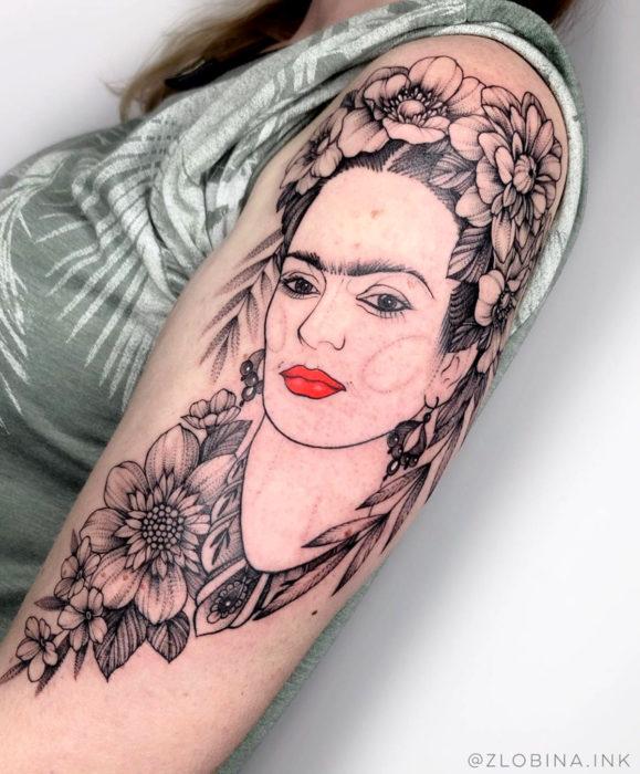 Tatuajes de Frida Kahlo con flores en el brazo
