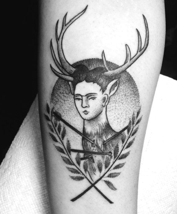 Tatuajes de Frida Kahlo con cuernos de venado, puntillismo y tradicional