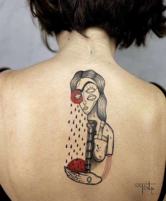 Tatuaje de Frida Kahlo surrealista en la espalda