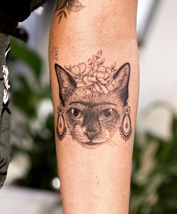 Tatuajes de gato como Frida Kahlo en el brazo