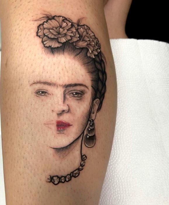 Tatuajes de Frida Kahlo en la pierna