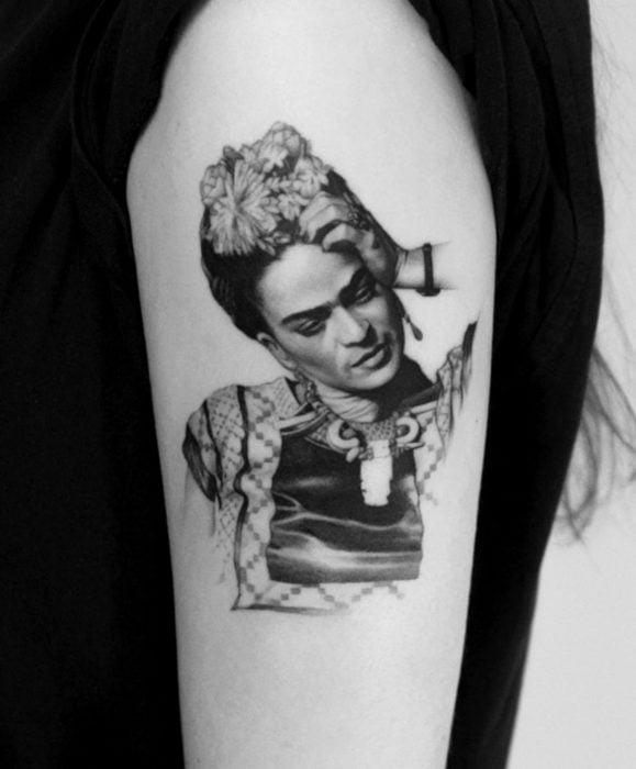 Tatuajes de Frida Kahlo realista en el brazo, blanco y negro, escala de grises