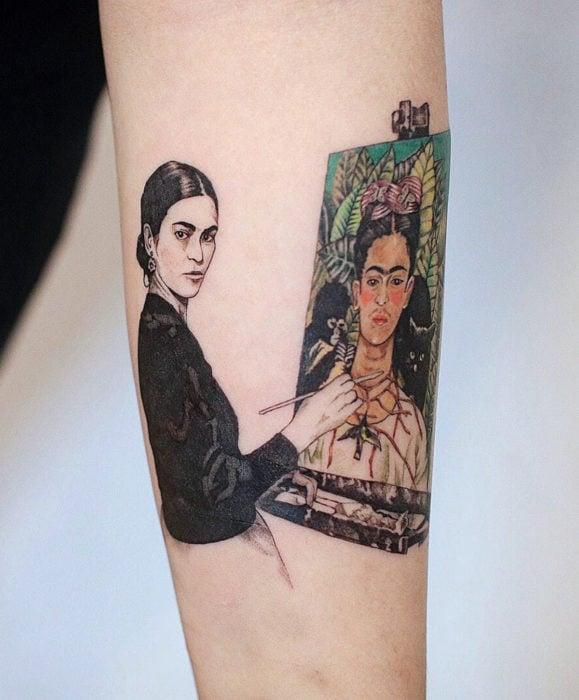 Tatuajes de Frida Kahlo en el brazo, artista pintando un autoretrato