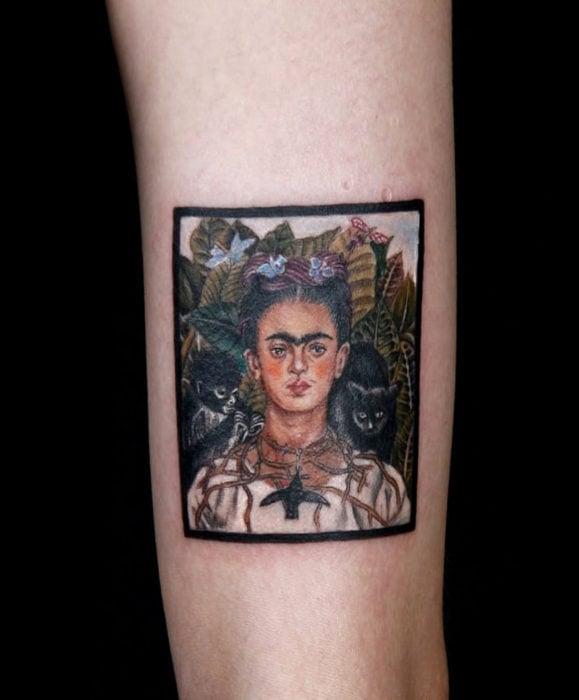 Tatuajes de Frida Kahlo, pintura a colores en el brazo, minitatuaje