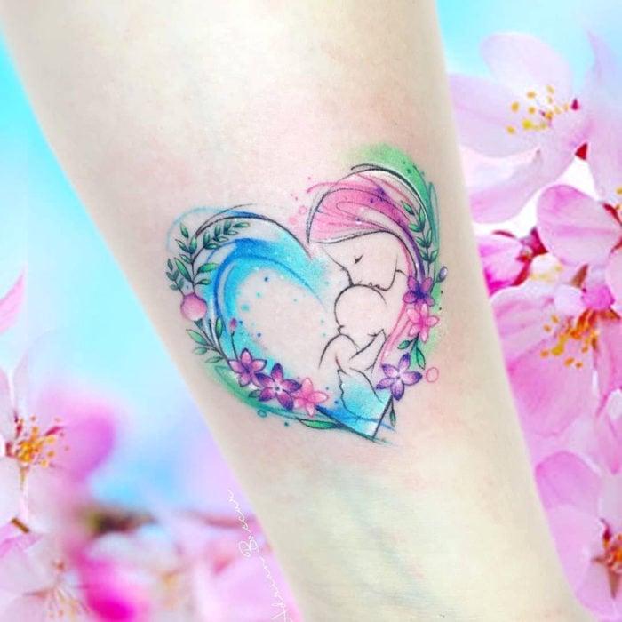 Tatuajes para regalarle a mamá el 10 de mayo; madre e hija dentro de corazón