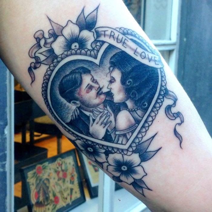 Tatuajes para regalarle a mamá el 10 de mayo; pareja en corazón al estilo vieja escuela, old school
