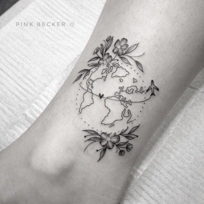 Tatuajes para regalarle a mamá el 10 de mayo; mapa del mundo con flores