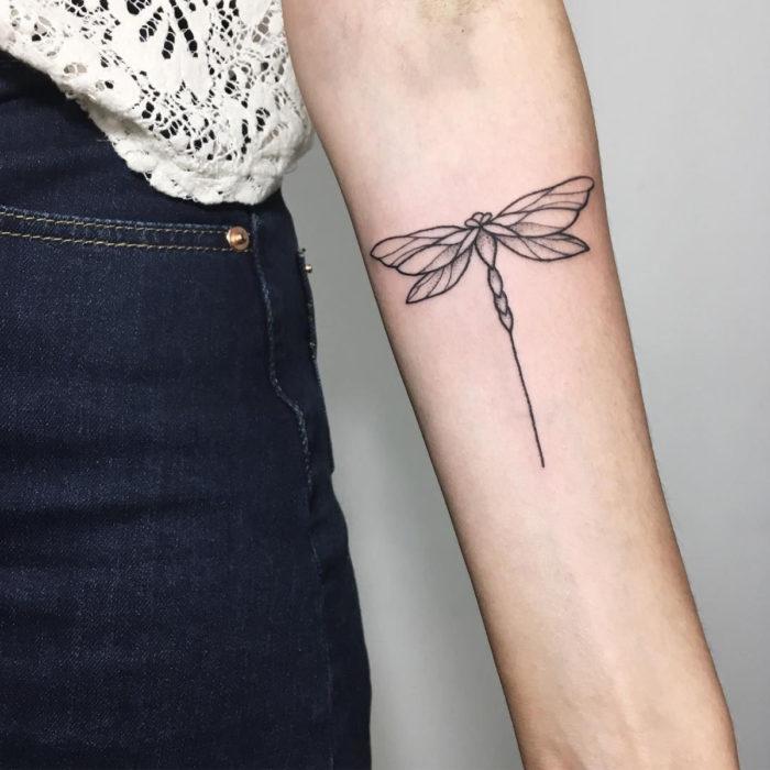 Tatuajes para regalarle a mamá el 10 de mayo; libélula minimaliista