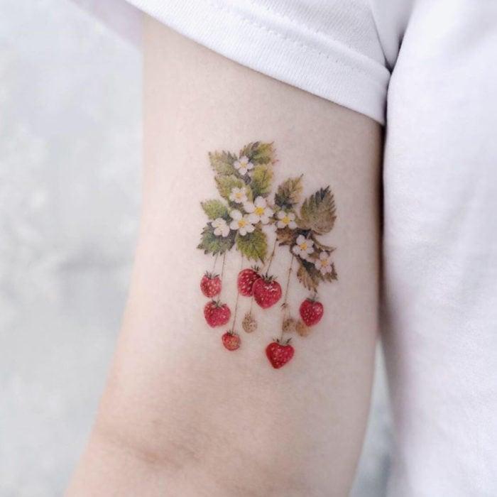 Tatuajes para regalarle a mamá el 10 de mayo; racimo de fresas