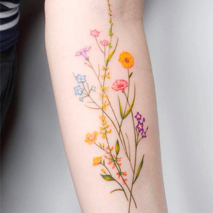 Tatuajes para regalarle a mamá el 10 de mayo; flores
