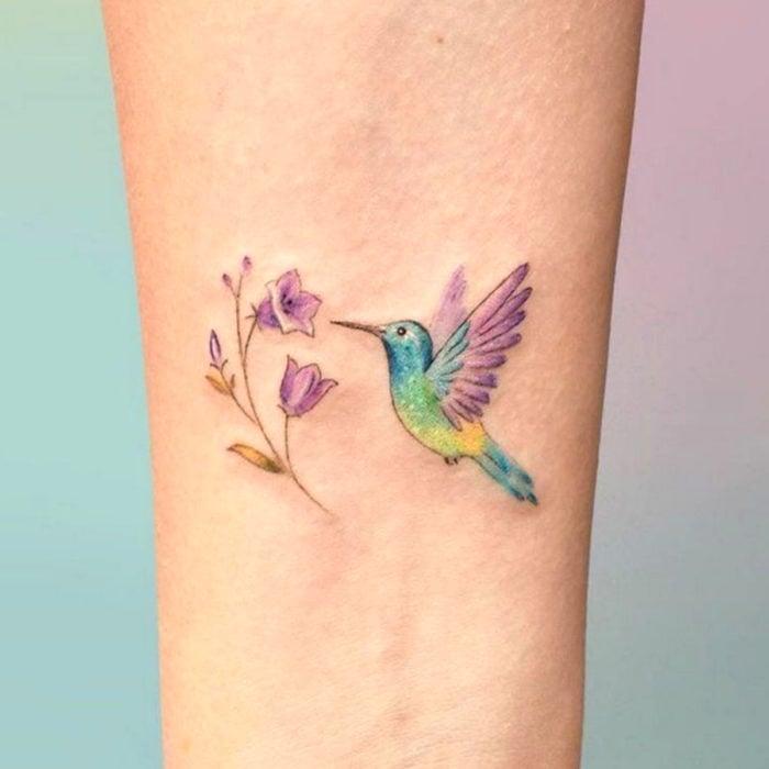 Tatuajes para regalarle a mamá el 10 de mayo; colibrí