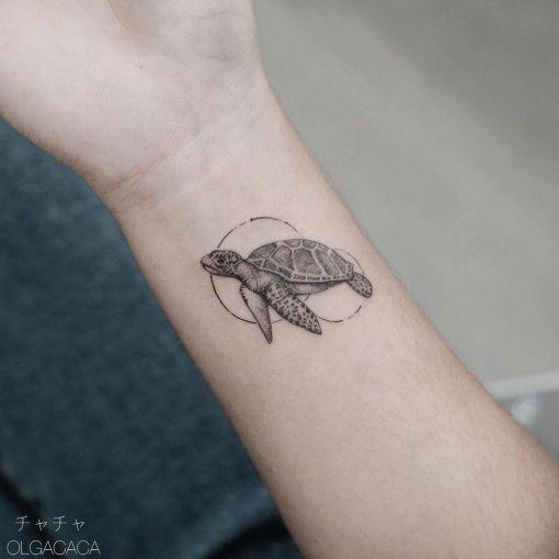 Chica con un tatuaje en forma de tortuga dentro de un circulo