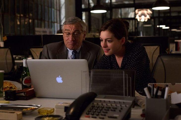 Escena de la película Pasante de moda, cuando Jules y Ben están checando cosas en la computadora