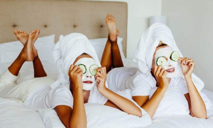 Mujeres con mascarillas en el rostro