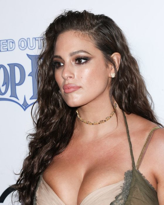 Ashley Graham con cabello suelto y raya de lado