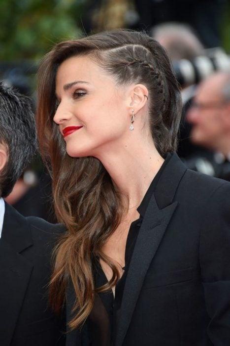 Celine Bosquet con trenza de lado y cabello suelto