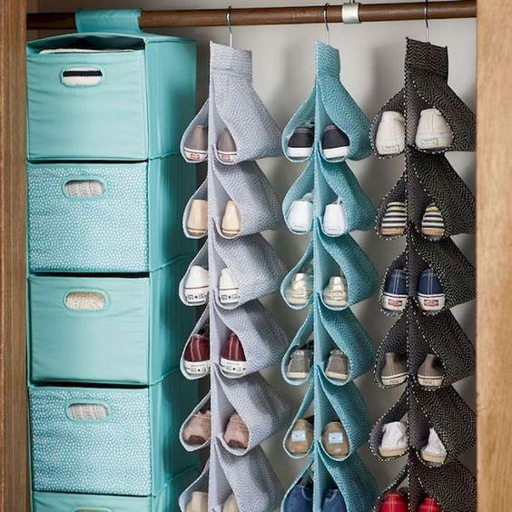 Organizador de zapatos colgando en un armario