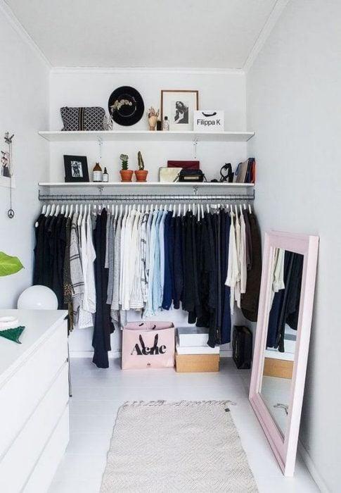closet sin puertas elegante en pared blanca