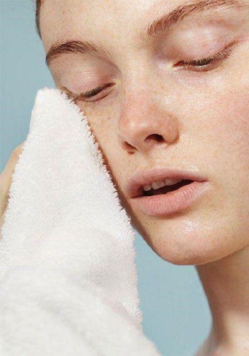 Chica secando su rostro con una toalla