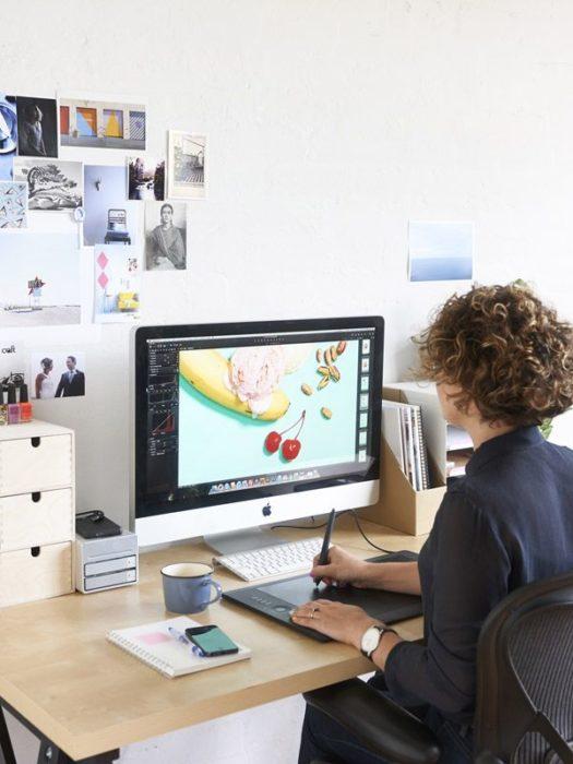 Chica trabajando como diseñadora gráfica