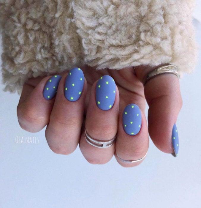 Diseños de uñas sencillos para hacer en casa; esmalte azul con puntos verde neón