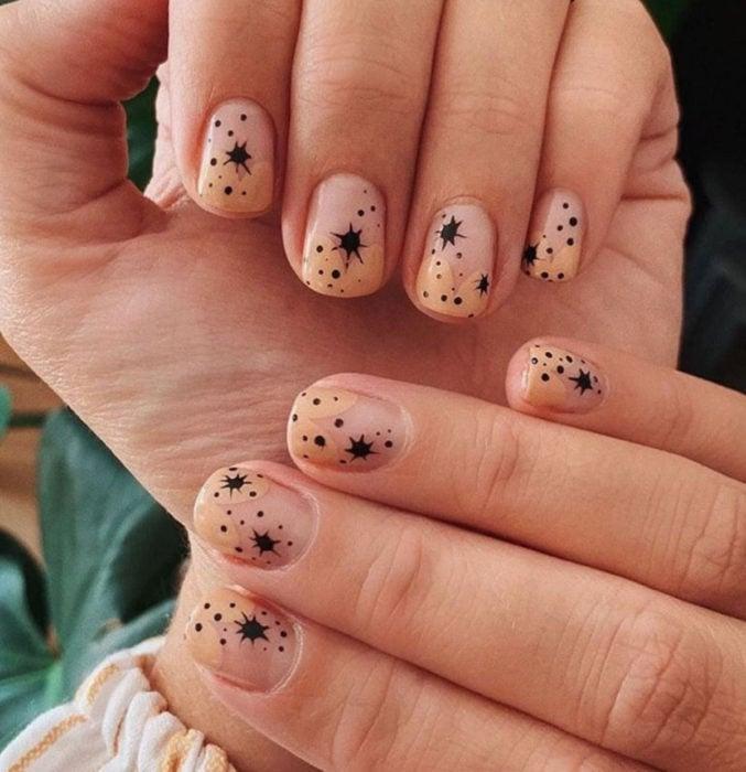 Diseños de uñas sencillos para hacer en casa; esmalte nude con negro y formas aleatorias