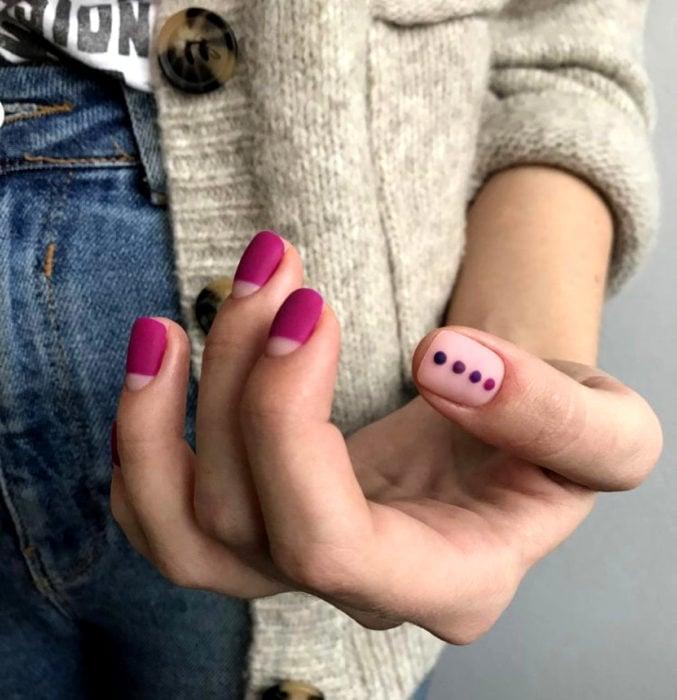 Diseños de uñas sencillos para hacer en casa; esmalte rosa a la mitad, con puntos