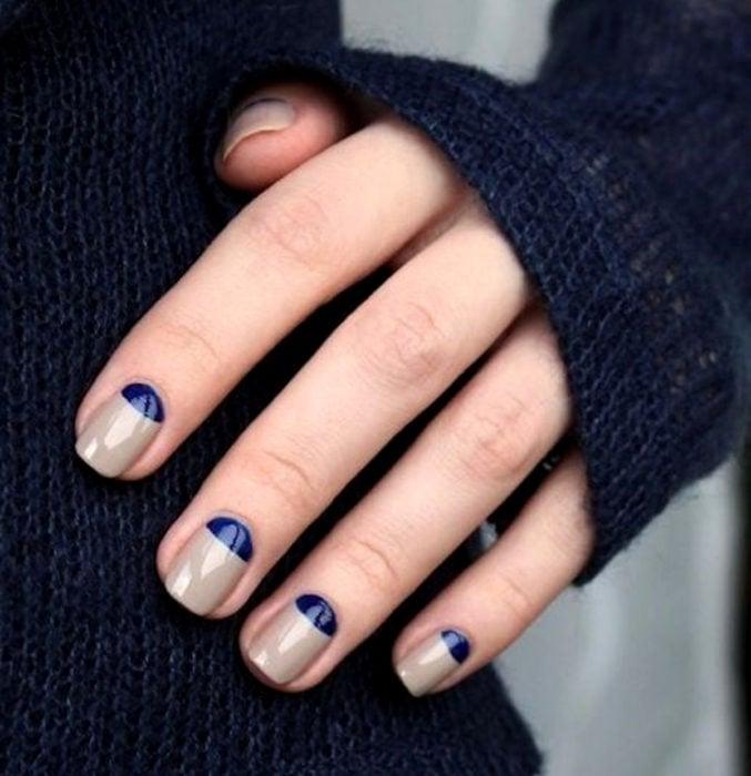 Diseños de uñas sencillos para hacer en casa; esmalte gris con azul rey