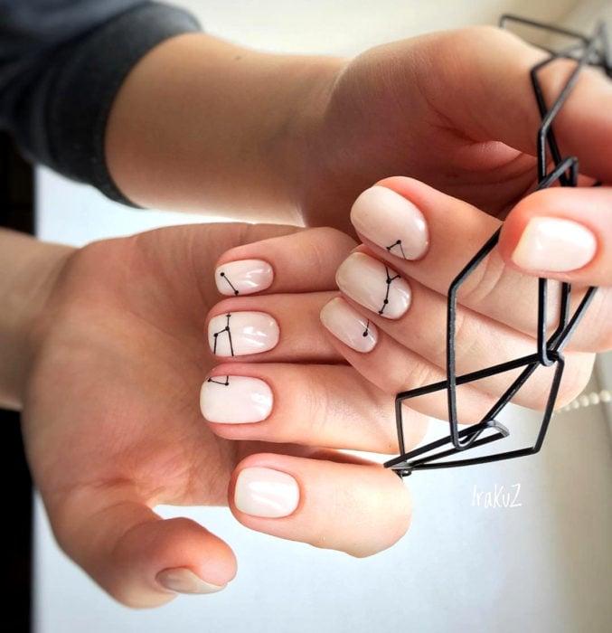 Diseños de uñas sencillos para hacer en casa; constelaciones con esmalte nude