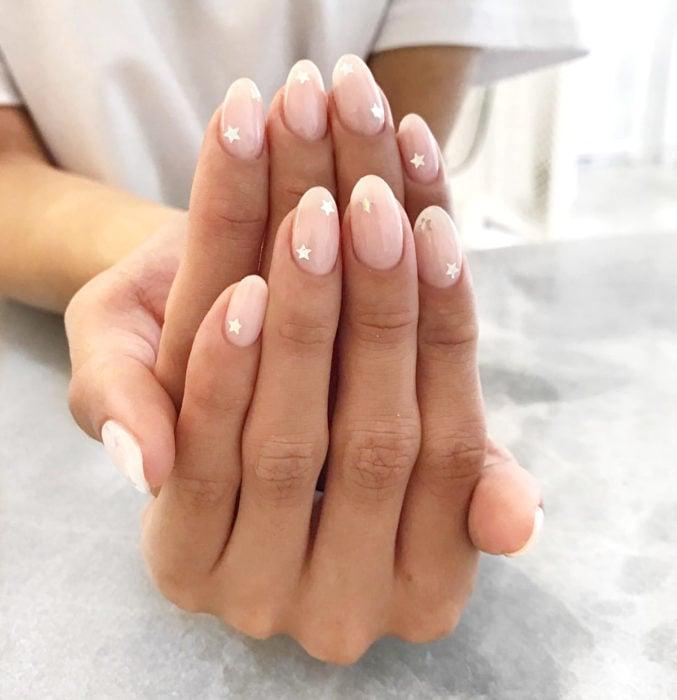 Diseños de uñas sencillos para hacer en casa; estrellas con esmalte nude rosa