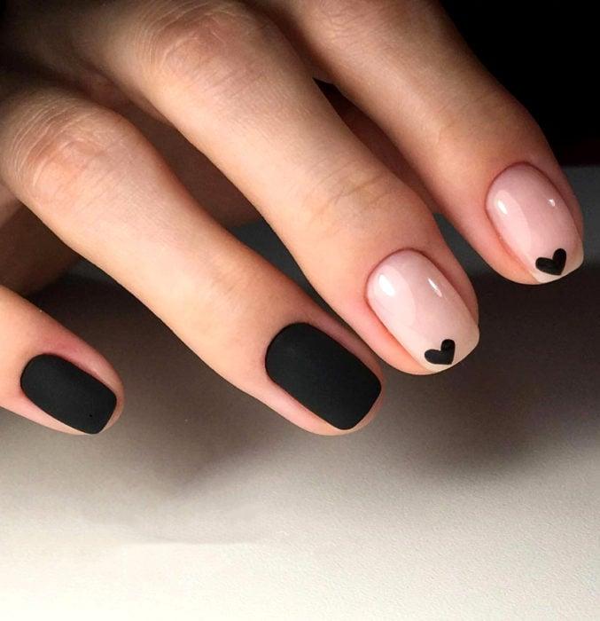 Diseños de uñas sencillos para hacer en casa; esmalte negro y nude con corazones