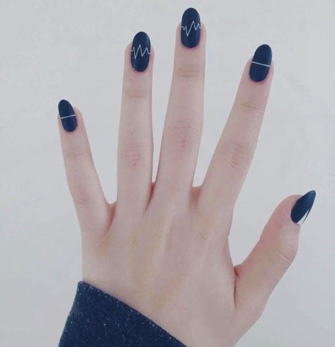 Diseños de uñas sencillos para hacer en casa; esmalte azul, con línea del corazón