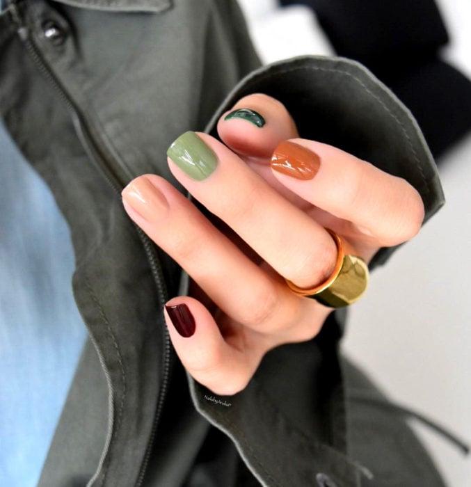 Diseños de uñas sencillos para hacer en casa; uñas de diferentes colores, verde bajo, fuerte, nude, anaranjado y rojo vino