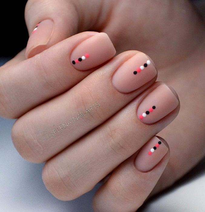 Diseños de uñas sencillos para hacer en casa; puntos pequeños negros, blancos y rosas, esmalte nude