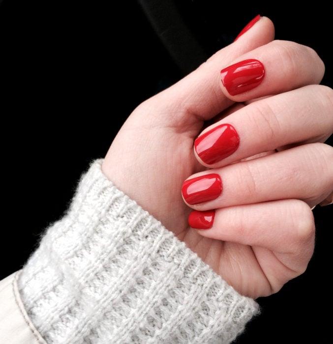 Diseños de uñas sencillos para hacer en casa; esmalte rojo brillante