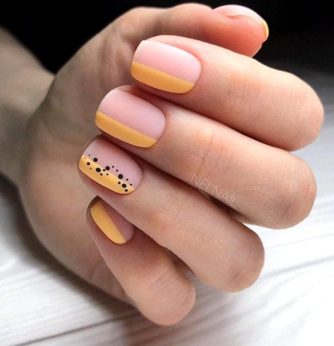 Diseños de uñas sencillos para hacer en casa; esmalte nude, amarillo con puntitos negros