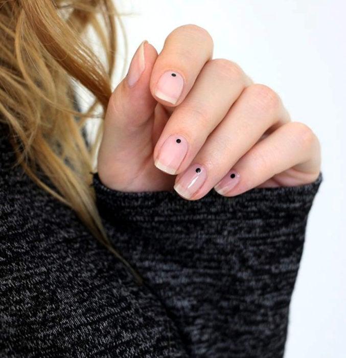 Diseños de uñas sencillos para hacer en casa; esmalte transparente con puntos negros