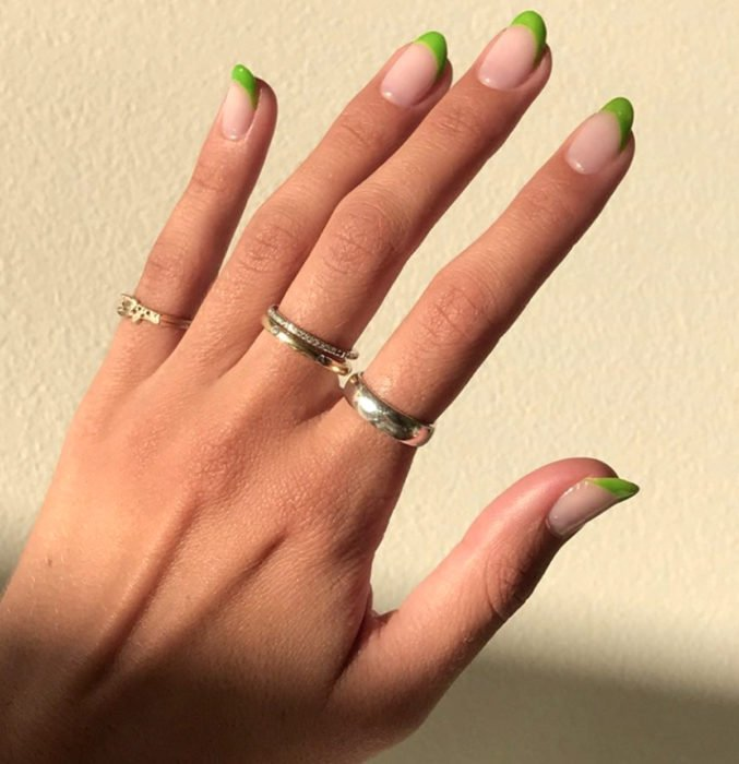 Diseños de uñas sencillos para hacer en casa; manicure francés con esmalte verde brillante