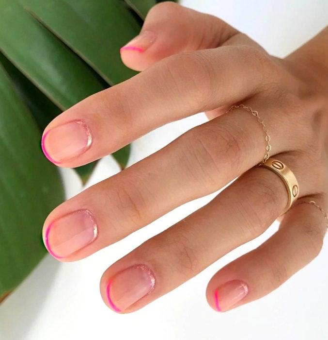 Diseños de uñas sencillos para hacer en casa; manicure francés con esmalte rosa y glitter